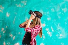 begrepp för teknologi 3d, virtuell verklighet-, underhållning- och folk- lycklig ung kvinna med virtuell verklighethörlurar med m Royaltyfria Bilder