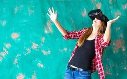 begrepp för teknologi 3d, virtuell verklighet-, underhållning- och folk- lycklig ung kvinna med virtuell verklighethörlurar med m Royaltyfri Bild
