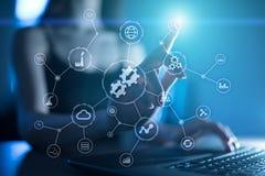 Begrepp för teknologi för internet för affär för diagram för dataintegration och för processautomation på den faktiska skärmen royaltyfria foton
