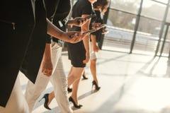 Begrepp för telefon för affär för kvinnaenhetpartnerskap arkivbilder