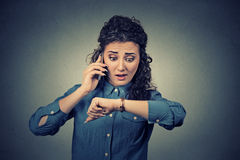 Begrepp för Tid ledning Stressad affärskvinna som ser armbandsuret som sent kör Arkivfoto