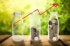 Begrepp för tillväxt för affärsinvestering som härligt in samlar mynt Arkivfoto