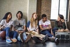 Begrepp för tonår för stil för enhet för radiomusikvänner tillfälligt royaltyfri fotografi