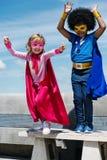 Begrepp för toppen hjälte för barnbarndom arkivfoto