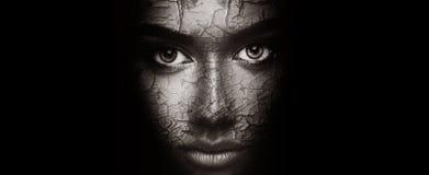 Begrepp för torr hud Kvinna med sprucken framsidatextur arkivbilder
