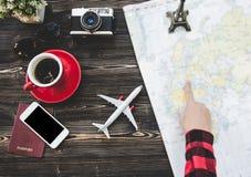 Begrepp för turist- planläggning för handelsresande på översikt med kameran och passet Royaltyfria Bilder