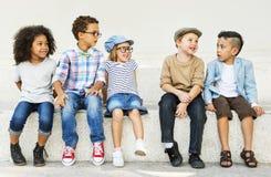 Begrepp för ungdom för tillfälliga avkommor för barnungar förtjusande arkivbilder