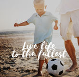 Begrepp för unge för strand för Live Life To The Fullest fotbollboll Arkivbild