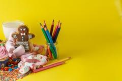 Begrepp för ungekonstnärgåva Sötsaker och muffin Arkivfoto