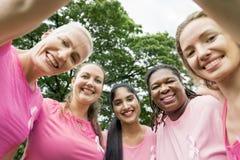 Begrepp för välgörenhet för kvinnabröstcancerservice arkivfoto