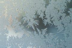 Begrepp för värld för fantasi för vinterferiesäsong: Makrobild av en Frosty Window Glass Natural Ice modeller med kopieringsutrym royaltyfria foton