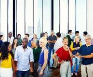 Begrepp för växelverkan för mångfald för gruppfolkgemenskap talande arkivfoto