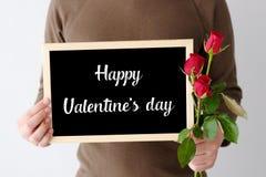 Begrepp för valentin`-dag, manhand som rymmer röda rosor och lycklig va Arkivbilder