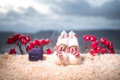 Begrepp för valentindagförälskelse Statyett av att krama för gift par, förälskade par och pre-bröllop bakgrundsbegrepp royaltyfri fotografi