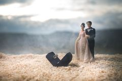 Begrepp för valentindagförälskelse Statyett av att krama för gift par, förälskade par och pre-bröllop bakgrundsbegrepp royaltyfria bilder