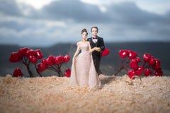 Begrepp för valentindagförälskelse Statyett av att krama för gift par, förälskade par och pre-bröllop bakgrundsbegrepp royaltyfri bild