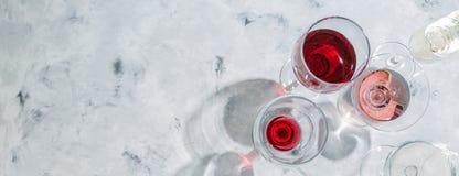 Begrepp för vinavsmakning - exponeringsglas med olikt vin på marmorbakgrund arkivbild