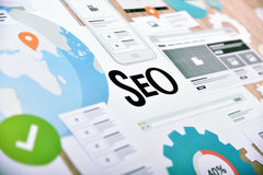 Begrepp för websiteutveckling och SEO-service royaltyfria foton