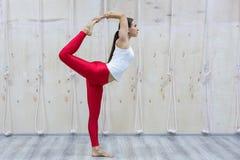 Begrepp för yoga för attraktiv kvinna för barnyogi som övande står i den Natarajasana övningen arkivfoton