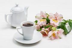 Begrepp f?r morgonkaffekopp Rosa blommabukett p? tappningbakgrund arkivfoton