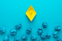 Begrepp f?r stor id? med skrynkligt kontorspapper och det gula pappers- skeppet royaltyfri bild