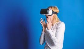 begrepp f?r teknologi 3d, virtuell verklighet-, underh?llning-, cyberspace- och folk S?ker ung kvinna som justerar henne royaltyfria bilder