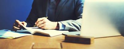 Begrepp för affärsmanWorking Planning Strategy kontor Arkivfoto