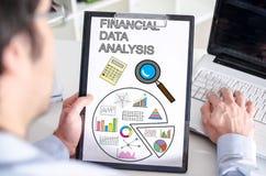 Begrepp för analys för finansiella data på en skrivplatta Arkivbilder