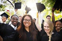Begrepp för beröm för framgång för mångfaldstudentavläggande av examen Arkivbilder