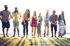 Begrepp för bindning för olika strandsommarvänner roligt Royaltyfria Bilder