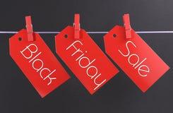 Begrepp för Black Friday shoppingförsäljning med meddelandet som är skriftligt över röda biljettförsäljningsetiketter Arkivfoton