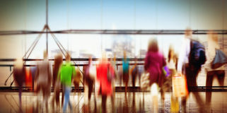 Begrepp för Consumerism för pendlare för folkkonsumentshopping fullsatt Arkivbild