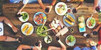 Begrepp för folk för lunchformell lunch utomhus- äta middag Arkivfoto