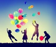 Begrepp för harmlöshet för fantasi för lycka för gruppbarnfrihet Arkivfoton