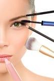 Begrepp för Makeoverskönhetomformning med makeup Arkivfoto