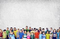 Begrepp för mångfald för lycka för kamratskap för barnungebarndom Arkivfoton