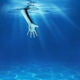 Begrepp för problemlösning. Ge den undervattens- portionhanden Arkivbild