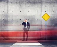 Begrepp för rörelse för affärsmanTalking Traffic Red ljus Arkivfoto