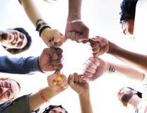Begrepp för samhörighetskänsla för bula för vänkamratskapnäve Arkivfoton