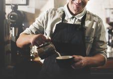 Begrepp för service för förberedelse för kaffe för Barista kafédanande Arkivbilder