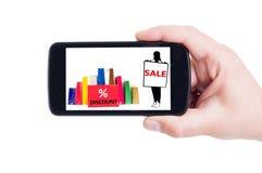Begrepp för shoppingförsäljningsrabatt på smartphonen Arkivbild
