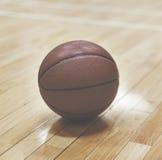 Begrepp för spelare för sportar för basketdunsdomstol inomhus Royaltyfria Bilder