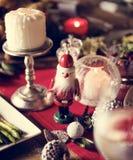 Begrepp för tabell för julfamiljmatställe Arkivfoto