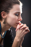 begrepp henne bönreligionkvinna Royaltyfri Foto