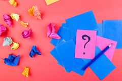Begrepp i sökandeidéer Skrynkligt papper av idén Falt lägger arkivbild