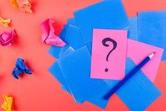 Begrepp i sökandeidéer Skrynkligt papper av idén Falt lägger arkivfoto