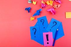 Begrepp i sökandeidéer Skrynkligt papper av idén Falt lägger arkivfoton