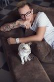 Begrepp: Kamratskap mellan människan och djuret Orientaliska Shorthair husdjur Katt Royaltyfri Fotografi