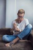 Begrepp: Kamratskap mellan människan och djuret Orientaliska Shorthair husdjur Katt Royaltyfria Bilder