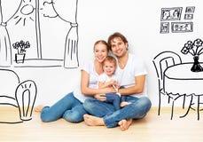 Begrepp: lycklig ung familj i ny lägenhetdröm- och planinre Royaltyfria Bilder